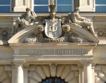Foto vom Strafjustizgebäude in Hamburg (Amtsgericht Hamburg-Mitte und Landgericht).  Hier vertritt Dr. Bachmann als Rechtsanwalt und Strafverteidiger Mandanten.