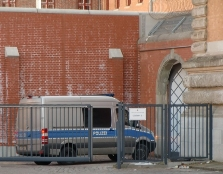 Foto mit  Fahrzeug der Polizei bei Einfahrt zur Untersuchungshaftanstalt in Hamburg. aufgenommen von Rechtsanwalt und Strafverteidiger Dr. Dirk Bachmann